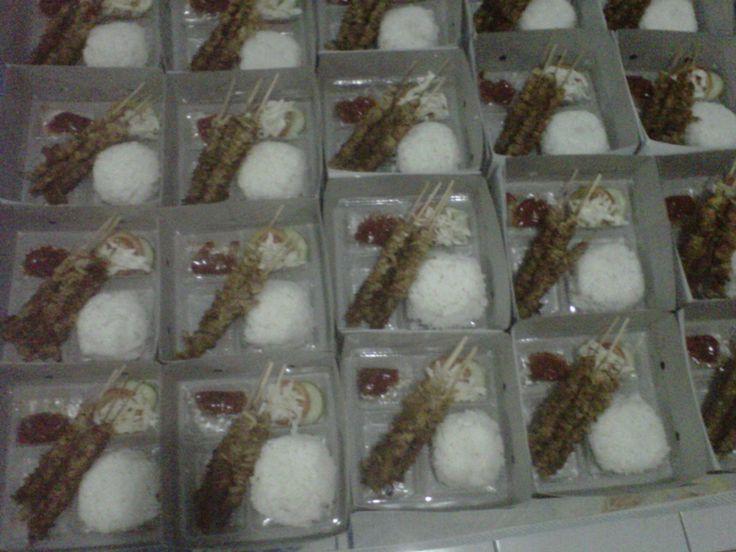 Nasi kotak Sate jamur (Oyster mushroom satay with rice in a box )