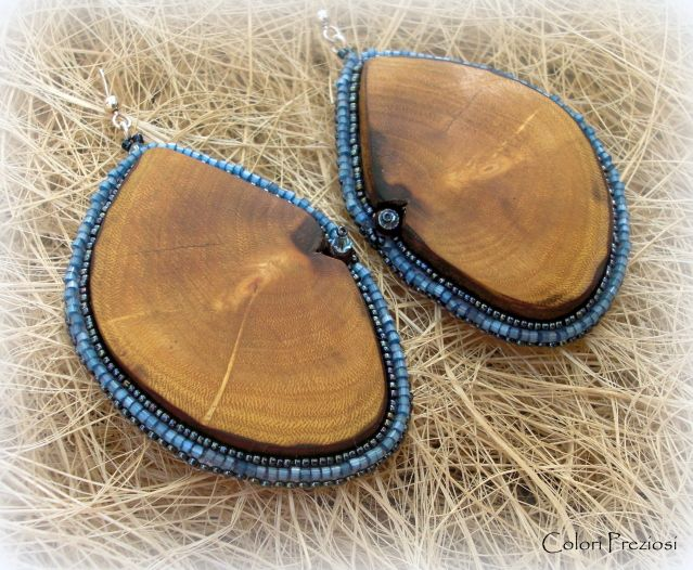 DIY beaded earrings called Moonlight, which are composed of two irregular elements of yew wood. These earrings are realized by bead embroidery technique.