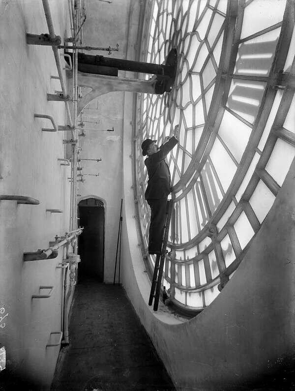 vintage everyday: Rare Look Behind the Face of the Big Ben Clockface, 1920s, London  |  via @matthiasrascher on Twitter