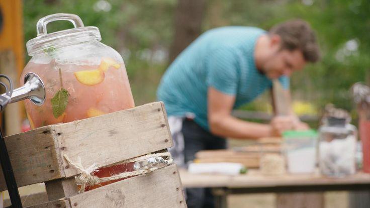De basis van deze ice tea is fruit: perziken, pompelmoes en citroen. Jeroengebruikt jasmijnthee omdat die een heerlijk bloemige smaak heeft. Geef er krokante nootjes bij.