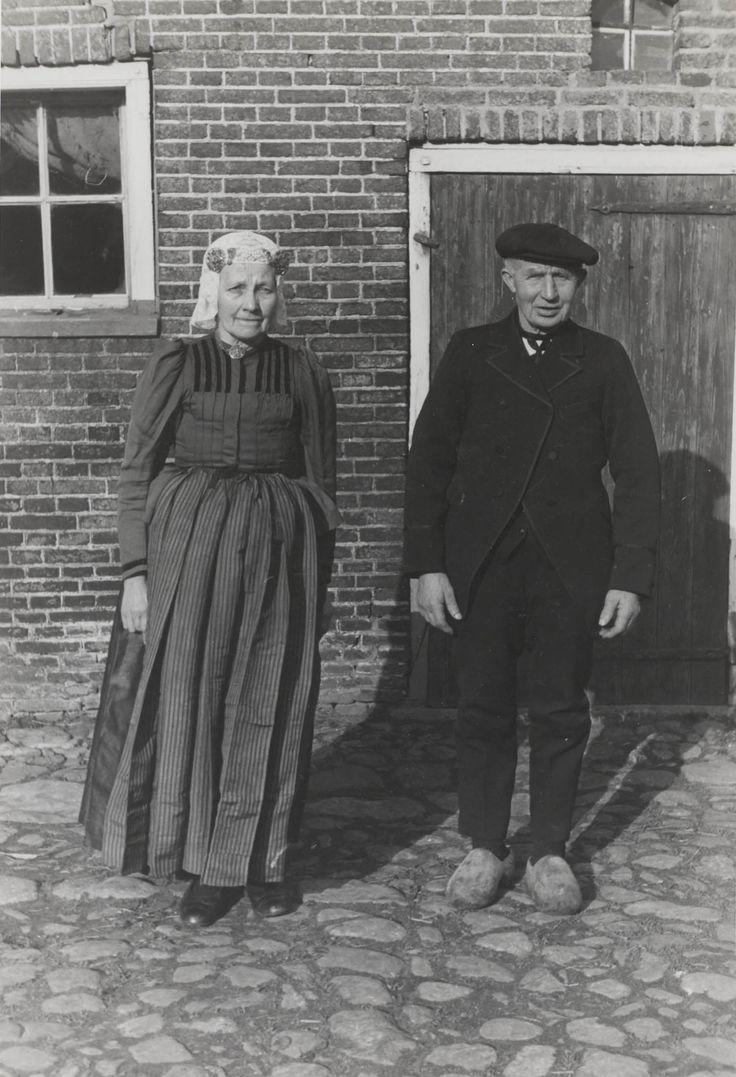 Het echtpaar Wolbers uit Orvelte, in Drentse streekdracht. Beiden zijn gekleed in zondagse dracht. 1944