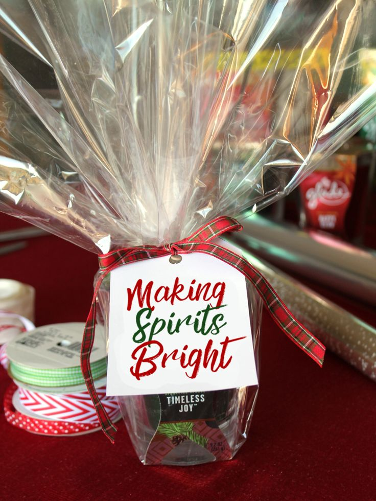 Cute Christmas gift idea for co-workers, neighbors, teachers, etc. A nice holiday scented candle with free printable tags to go with.