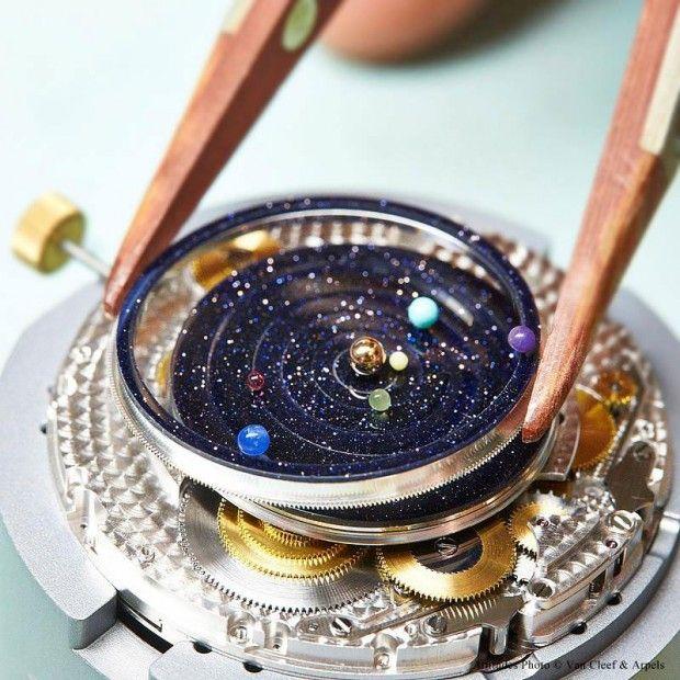 Cette montre astronomique nommée «Midnight Planétarium» est un chef d'oeuvre d'ingénierie horlogère réalisée par la marque Van Cleef & Arpels en collaboration avec l'horloger hollandais Christiaan van der Klaauw. Ce bijou indique l'heure, mais aussi le mouvement de six planètes de notre système solaire avec une précision jusqu'ici inégalée. Uniquement des matériaux de luxe et des pierres précieuses sont utilisés, un must pour les passionnés qui devront se délester de la somme de 245 000$...