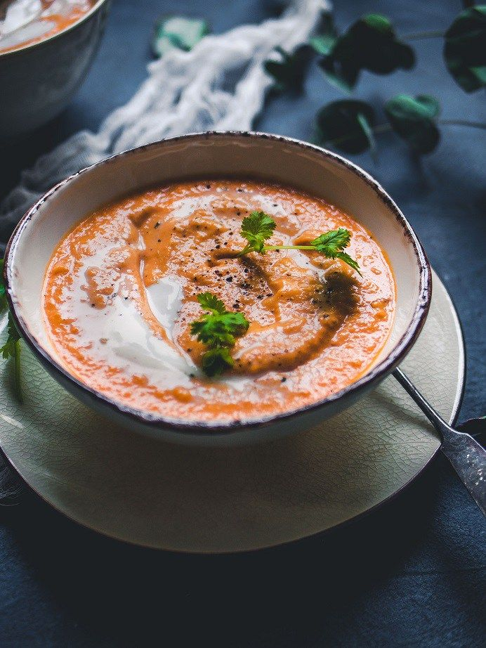 Vegaaninen tomaatti-kookos-linssikeitto on yksi parhaista keitoista, joka valmistuu kaapista jo melko varmasti valmiiksi löytyvistä aineista vaivattomasti. #linssit