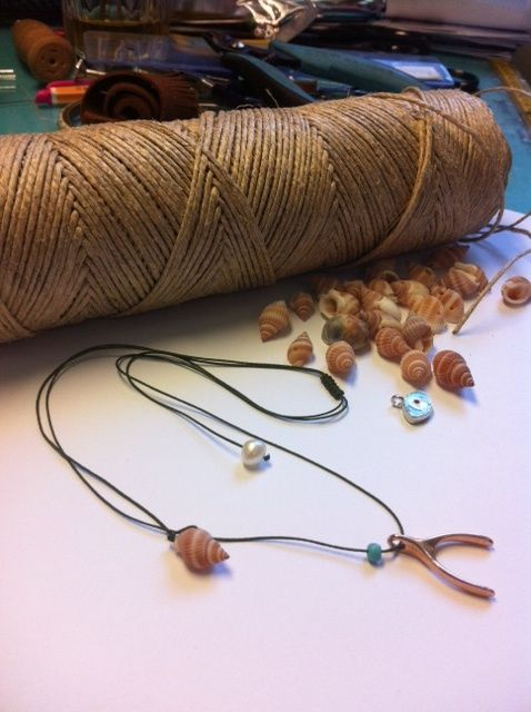 'yantes' necklace with seashells and rose gold pendant which brings luck!