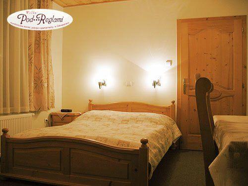 Apartament I  - pierwsza sypialnia: łóżko dwuosobowe, telewizor, balkon  http://www.podreglami.pl/zakwaterowanie/apartament-i-4-os.html