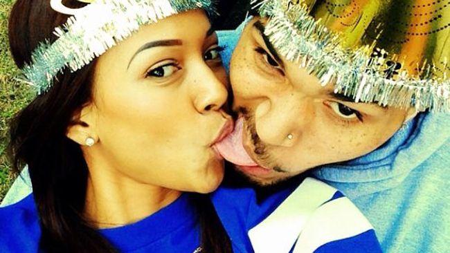 """el cantante Chris Brown lo llevó al extremo con un llamativo """"selfie"""" en que aparece posando con la lengua afuera mientras su novia, Karruec..."""