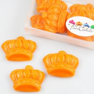 Marsepein kroontjes van Funcakes zijn leuk en lekker, gemaakt van 1:3 marsepein.