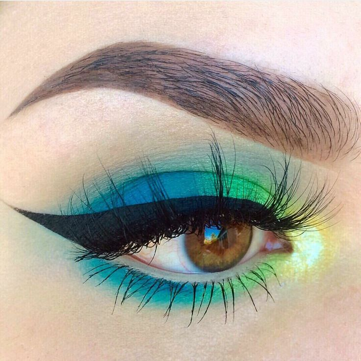 colorful summer makeup @kaitlyn_nguy: blue to green + golden yellow inner corner highlight, black winged liner