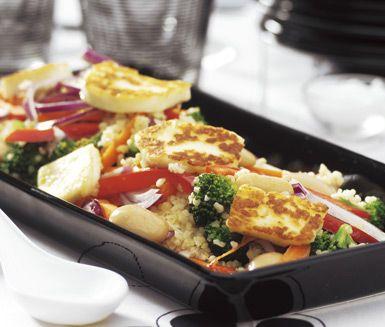 På denna exotiska bädd av bulgur, grönsaker och nötter med russin serverar du halloumi som fått en gyllene yta vid stekning. Sältan från halloumin bryter fint mot den milda bulgurpannan som får en fin vändning med de söta russinen.