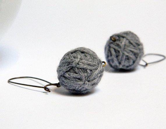 Boucles d'oreilles avec boules en laine faits à la par ylleanna, €10,00