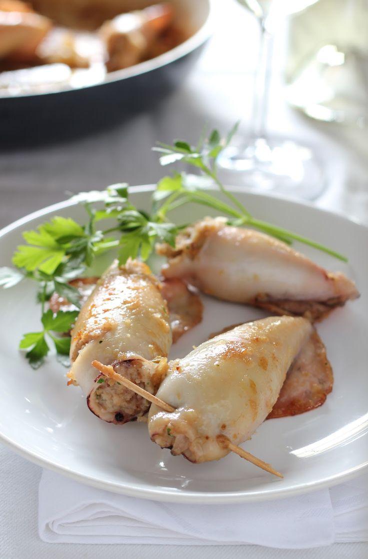 Ingredienti per 6 calamari:  6 calamari  100 gr di pane raffermo  6 code di mazzancolle  un mazzetto di prezzemolo  unlimone  4 cipolle ...