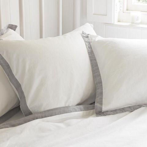 CRUMPLE LINEN This is where two lovely things meet to create one big ball of… well…er… loveliness. The super-soft 300 thread count cotton has a light grey linen border applied by hand before being washed to give it a gentle feel.