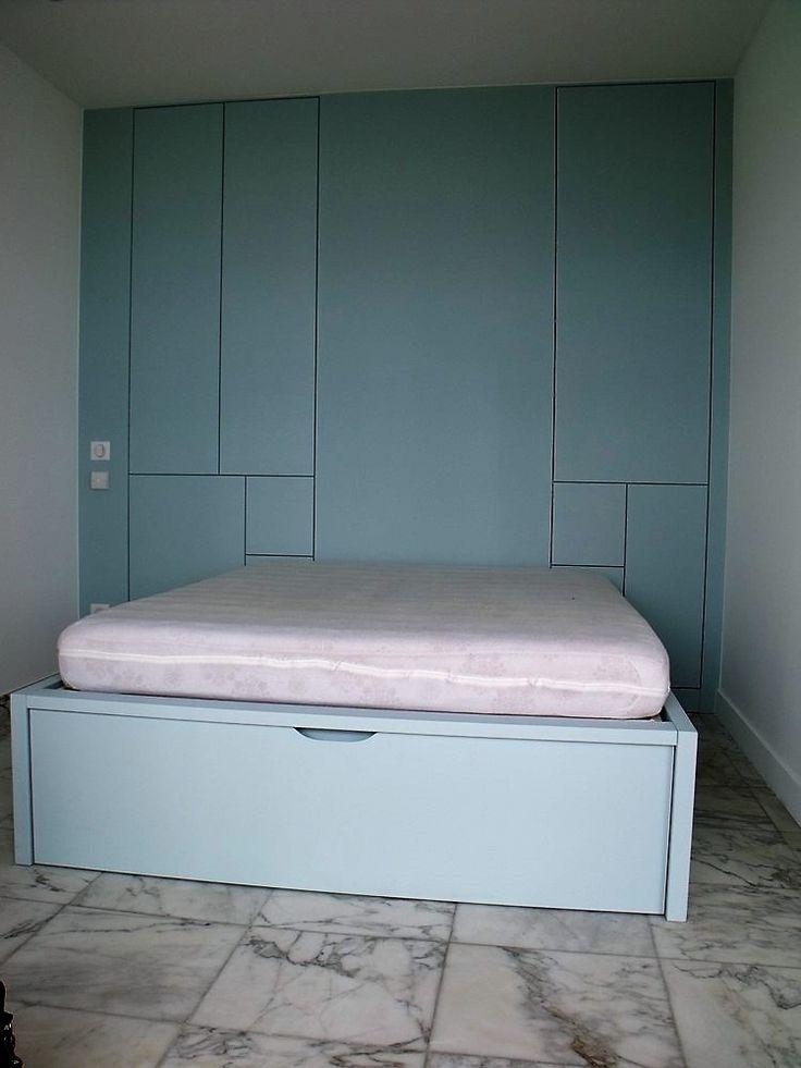 chambre avec dressing bois intégré et lit à tiroir en bois laqué