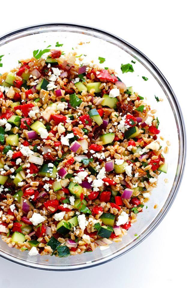 Μεσογειακή σαλάτα με κινόα Υλικά: 1 φλιτζ. σιτάρι (ή κινόα ή φαγόπυρο) βρασμένο σε 3 φλιτζ. ζωμό κοτόπουλου ή λαχανικών, 1 αγγούρι καθαρισμένο και ψιλοκομμένο, 2/3 φλιτζ.