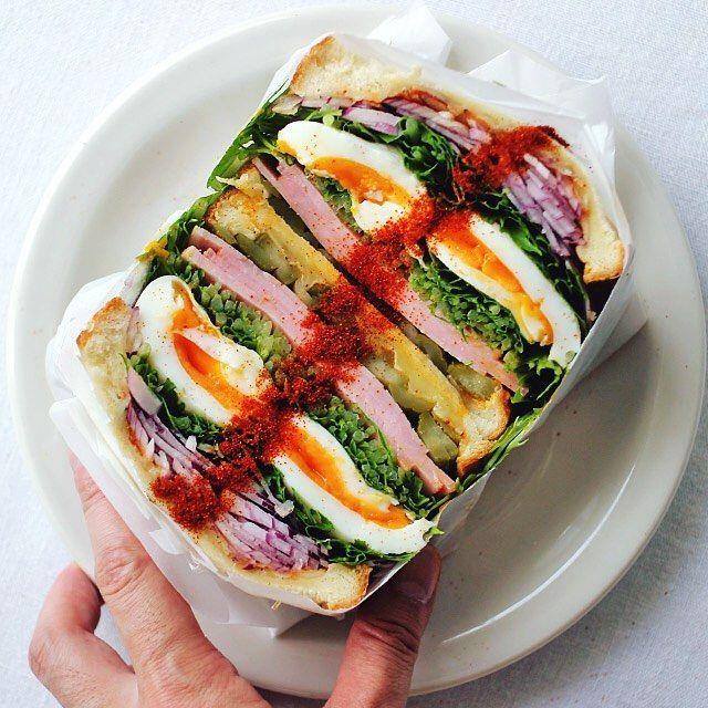 sandwich 😋今朝はモリモリのサンドイッチ。@jun.saji さんが日々投稿するオトコ前の「 #元気玉サンド」を参考に、タマゴを2個も入れてみたけど、黄身が半生すぎて残念なことに潰しちゃった。junさんみたいにあそこまで具材ん入れる男気と技術はほんとすごい。具材はタマゴ、ロースハム、水菜、赤玉葱、ガーキンズ、チーズ、赤唐辛子粉。 #わんぱくサンド #サンドイッチ #ドヤ顔ごはん #もりもり野菜サンド部 #萌え断 #赤い粉のライン #おしゃパン #オトコノキッチン #おうちごはん #デリスタグラマー #萌え断 #sandwich #delistagrammer