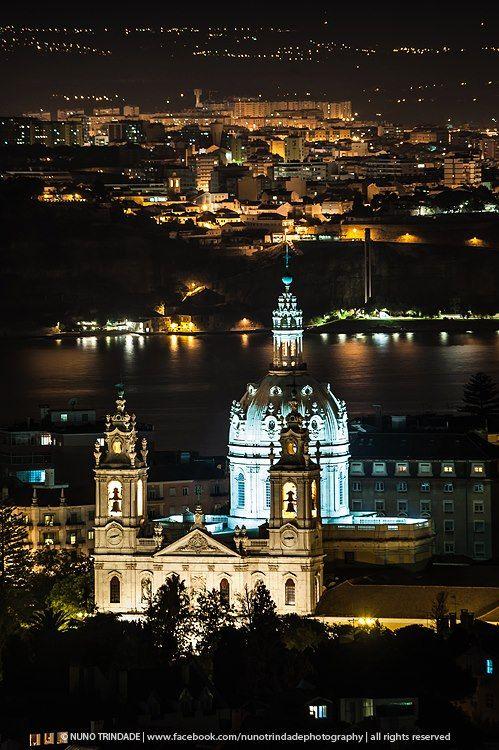 #Church Basílica da Estrela #Lisbon #Portugal. A Basílica da Estrela (ou Real Basílica e Convento do Santíssimo Coração de Jesus) é um templo católico e antigo convento de freiras carmelitas localizado na cidade de Lisboa, em Portugal. Esta vasta igreja, encimada por uma cúpula, ergue-se no alto de uma colina na zona oeste da cidade, constituindo-se em um de seus marcos na freguesia da Lapa.
