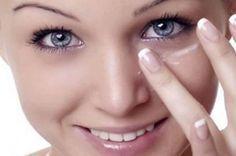 Ela passa bicarbonato debaixo dos olhos quando você souber por quê, vai querer fazer o mesmo!