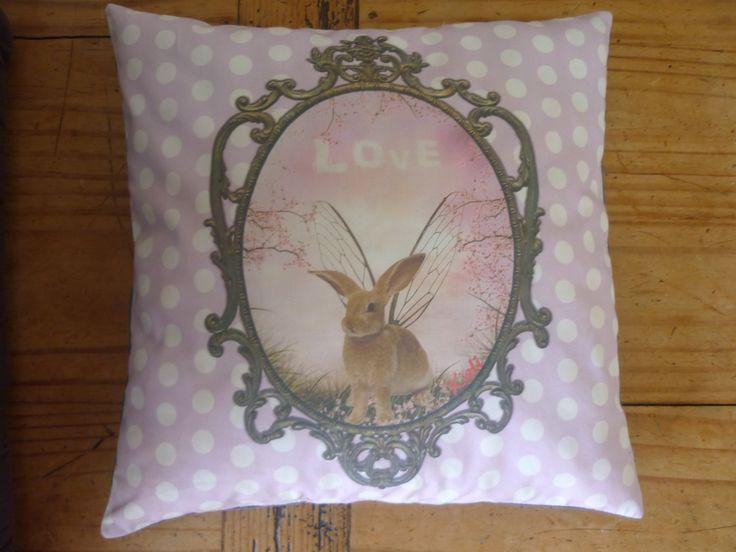 """Coussin rembourré """"Portrait d'un lapin volant"""" kali-créatrice-original : Textiles et tapis par kali-creatrice-original"""
