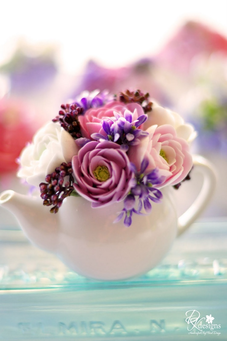 Teapot centerpiece? Maybe for an Alice in Wonderland themed bridal shower?