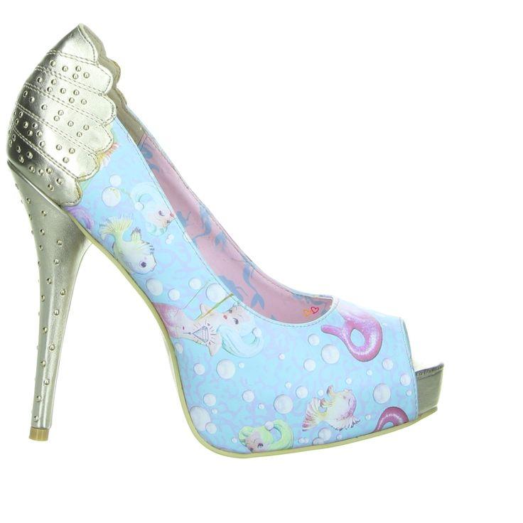 """""""I'm not afraid of heights.. have you seen my shoes?"""" sagte Carrie Bradshaw einmal, und wäre von diesem Modell wahrscheinlich begeistert gewesen. Dem verspielten Lolita-Stil wird durch die Candy-Farbe und dem Meerjungfrauen Print Ausdruck verliehen, der in einem goldton abgesetzte Absatz in einem Muschel-Cut bietet einen weiteren Hingucker!  Interessiert? Schau mal hier nach: http://www.lovelyshoes.de/epages/15514758.sf/de_DE/?ObjectPath=/Shops/15514758/Products/1361100002"""