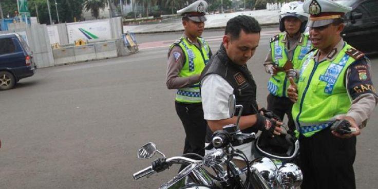 """Moge """"Bodong"""" Tak Diakui HDCI.   Ketua Panitia Bogor Bike Week 2015, Teuku Badruddin Syah, mengatakan, motor Harley-Davidson yang ditilang polisi karena tidak dilengkapi STNK bukanlah anggota Harley Davidson Club Indonesia (HDCI).  #BOGORBIKEWEEK2015 by #HDCIBogor"""