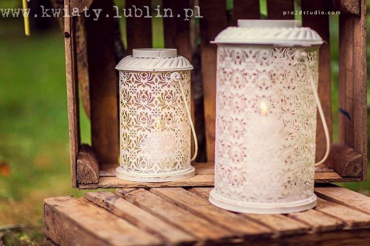 Ślub plenerowy w sadzie - lampiony i skrzynki fot.Pro2dstudio.com
