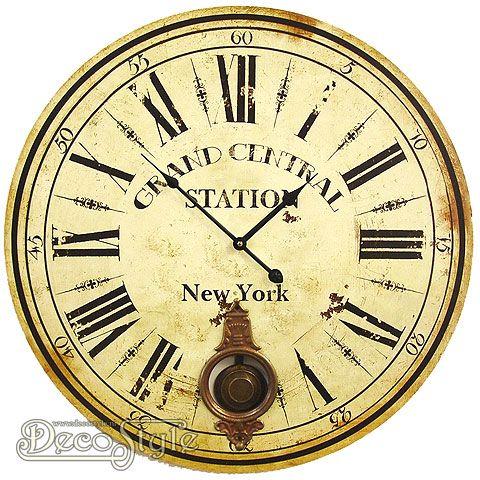 Prachtige houten wandklok met de tekst New York. Voor deze klok zit geen glasplaat. Met metalen slinger. Met Quartzuurwerk. Werkt op 2 penlight batterijen. Een sieraad voor in uw huis. Materiaal: Hout Afmetingen: Diameter klok: 58 cm