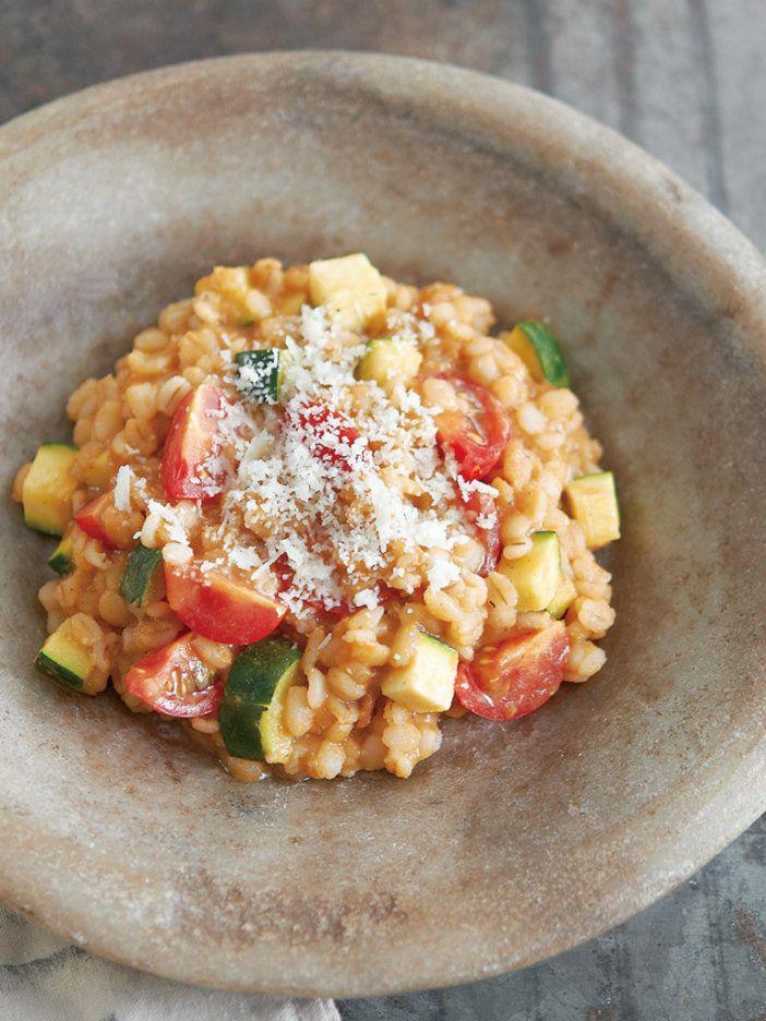 濃厚な魚の香りと押し麦のプチプチ食感がたまらない 『ELLE a table』はおしゃれで簡単なレシピが満載!