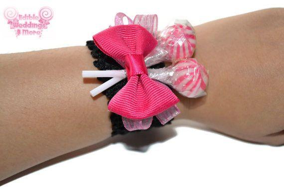 Un ramillete de la muñeca funky piruleta rosa y negro para que coincida con sus colores de vestido de boda o graduación! Personalizable para que