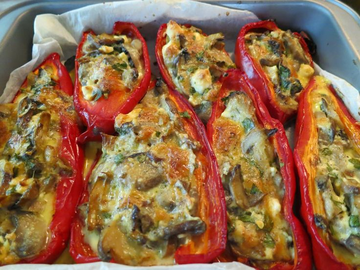 Πιπεριές Φλωρίνης με μανιτάρια και τυριά! Μοσχοβολάει η κουζίνα βγαζοντάς τες από το φούρνο. Λατρεύω τις κόκκινες πιπεριές σε ό...