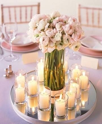 Hoy les mostramos un centro de mesa hecho con espejos, flores naturales y velas, esta deco es ideal para fiestas de noche donde la luz de las velas tiene vida propia!