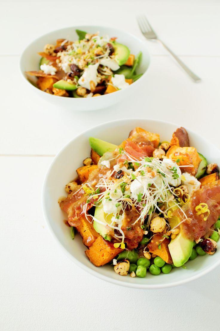 Een heerlijk recept van Culy-lezer Anne (blogger vanChez Anne Susan): een salade van zoete aardappel, doperwtjes, avocado, geitenkaas, bacon en gekarameliseerde noten. Verwarm de oven voor op 200 graden. Snijd de zoete aardappels in blokjes en verdeel in een ovenschaal of op een bakplaat. Besprenkel met wat olijfolie, zeezout en tijm en bak in het …