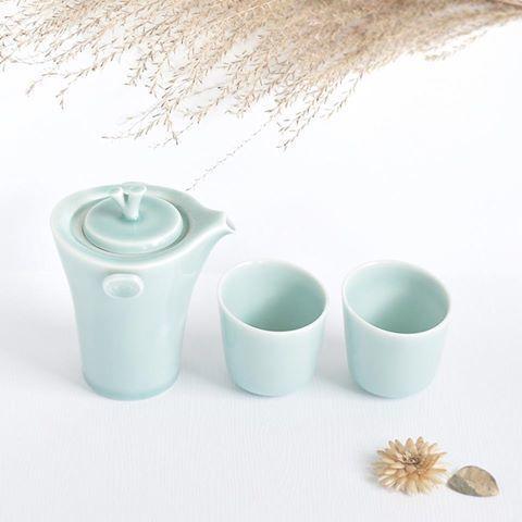 【anta_pottery】さんのInstagramをピンしています。 《『森呼吸』🌲 發想於樹枝的壺杯外型、 體現於花朵的香具設計與茶罐造型, 共同舞出一幅森林美景, 而品茗的香氣、品香的芬芳, 手中一杯茶的溫暖, 嘴裡一口茶的甘甜, 彷彿置身於森林之中享受一場森林浴。 . 『森呼吸』🌲 木の枝から発想を 得たポットとコップ、 花びらを表現したお香立てと茶筒、 森の美しい景色を醸し出します。 お茶の香り、お香の芳しさ、 手に感じるお茶の温かみ、 口の中で感じるお茶の甘み、 それはまるで森の中で森林浴を 楽しむかのようです . #antapottery #安達窯 #青瓷 #青磁 #Celadon #高温焼成 #taiwan #台湾 #🇹🇼 #設計 #Design #泡茶 #お茶 #🍵#森呼吸 #植物 #Plants #自然 #🏞 #Nature #森林 #forest #森林浴 #森 #🌲#🌳#🌱#🌿》