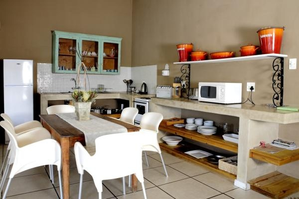 Joubert House consists of  2 bedrooms. Main queen bed with en-suite and the second bedroom has 2 single beds. Two more guests can sleep on comfortable stack beds, with proper mattresses in the lounge. Sleeps 6 people.