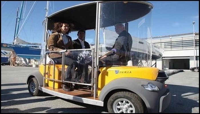 L'institut National de recherche en informatique et en automatique (INRIA) a lancé une démonstration à La Rochelle d'un système de minibus électrique sans chauffeur sur un parcours urbain de 800 mètres. Cette expérimentation fait partie du projet européen Citymobil auquel a contribué l'équipe IMARA (Informatique, Mathématiques et Automatique pour la Route Automatisée).