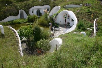 aardwoning. Ondergronds wonen heeft als voordeel dat het goed geisoleerd is en dat de woning grotendeels opgaat in de natuurlijke omgeving.Als het goed ontworpen is kan het ook erg licht zijn binnen.