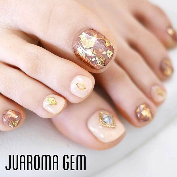 diseños elegantes uñas para el pie oro