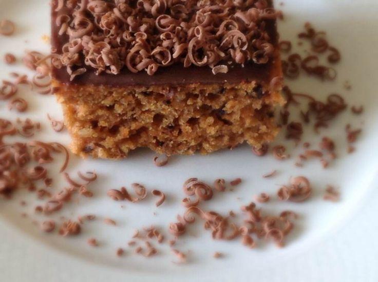 HAVUÇLU CEVİZLİ KEK, En son yapığım havuçlu cevizli kek özelikle yurt dışında yılbaşında yapılan keklerin tadında oldu. Yoğun oranda havuç kullanarak yaptığım yumuşacık keke tarçın ve muskat rendesi eklenince inanılmaz hoş bir lezzet ortaya çıktı. Üstelik şekersiz ve kullanılan yağ oranı yok denecek kadar az.  http://www.aylademir.com.tr/2014/07/havuclu-cevizli-kek.html