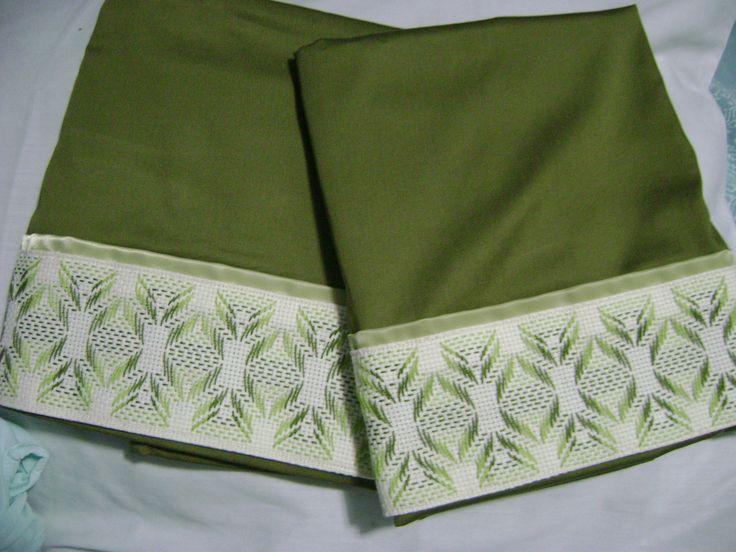 ¿Que les parecen estas fundas para almohadas? son en un lindo tono verde musgo y lleva una cenefa color crema en la que borde un bonito diseño de punto yugoslavo.
