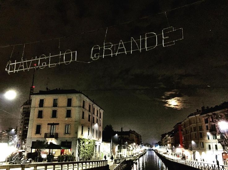 #loveit #navigliogrande #naviglimilano #citylights #moonlight #citynight #landscape_lovers #milanodavedere #milano #italy #volgolombardia #lombardiadavedere #christmasiscoming #igersmilano #volgolombardia