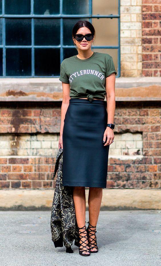 Street style hi-low com t-shirt verde militar com nó, saia lapis de couro e sandálias pretas: