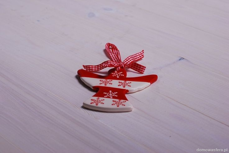 Ceramiczna ozdoba w kształcie anioła. Wspaniała dekoracja choinki, stroika lub okna. To niebanalny świąteczny dodatek.