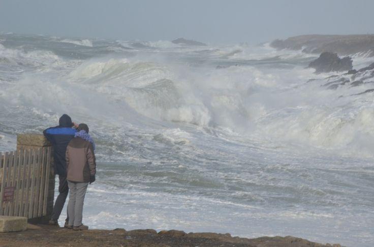 Jusqu'à 139 km/h à Camaret, à la pointe bretonne, de la houle avec une hauteur maximum à près de 12 m relevée ce lundi matin à la bouée de Belle-Ile-en-Mer... De fortes rafales ont balayé la région ce lundi matin. Au plus fort de la tempête, 10.000 clients bretons ont été privés d'électricité. Même si le spectacle sur le littoral est très impressionnant, les dégâts restent pour l'instant limités.    Rappelons que Météo France    a placé tous les départements bretons en vigilance orange…