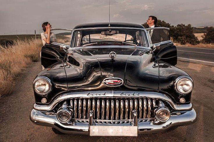 Durante la sesión de fotos. Alquiler de coche de boda en Segovia. Buick Eventos.