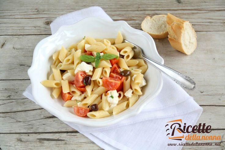 La ricetta della classica pasta fredda con pomodoro mozzarella e olive detta anche in alcune zone d'Italia pasta alla checca.