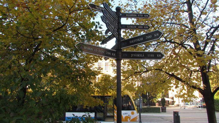 Debrecen testvérvárosainak táblája, Kossuth tér