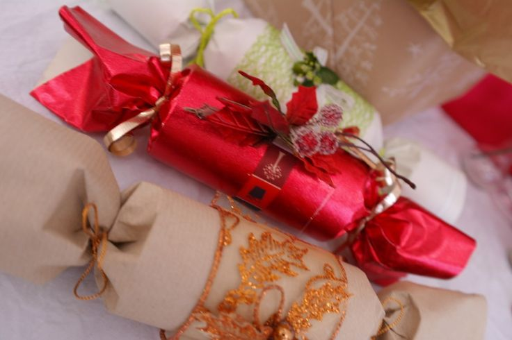 Make your own Christmas crackers, to match your table.