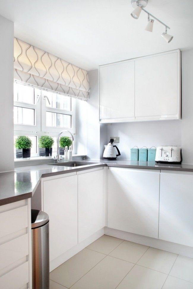 Во время готовки и мытья посуды лучше не забывать поднимать штору подальше от рабочей поверхности