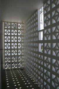 コンクリートと花ブロックの建築 | Shockie's Room